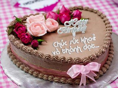 Viết chữ lên bánh kem sinh nhật trái tim
