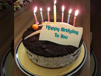 Viết chữ lên bánh sinh nhật có nến