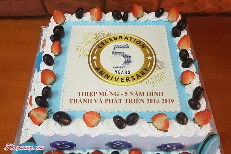 Viết chữ lên bánh sinh nhật kỷ niệm
